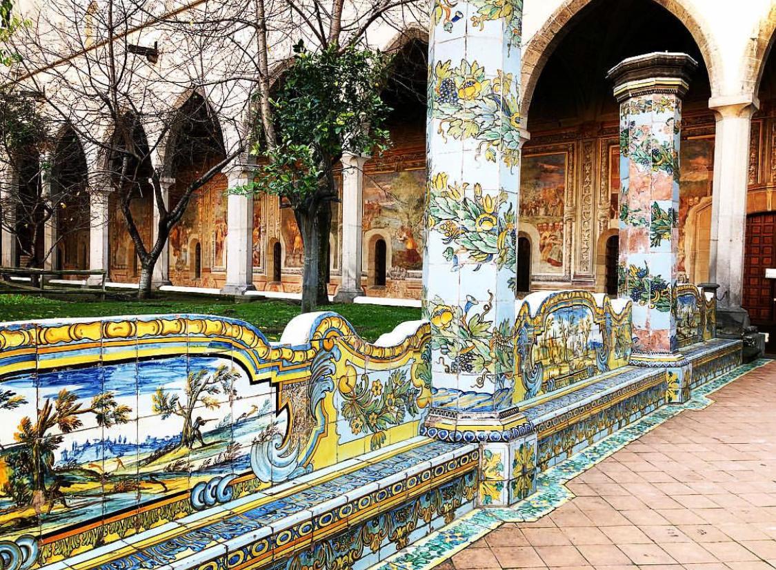 chiostro maiolicato monastero di santa chiara